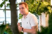 Jon Hillgren fra Hernö Brenneri fortæller om destillation og Hernös ginner. Photo by Michael Sperling.