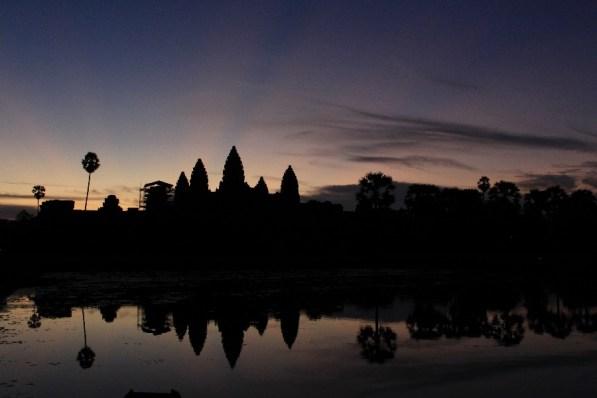 Le jour se lève sur Angkor Vat.