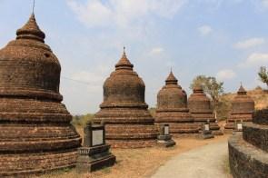 De petits stupas à côté du grand.
