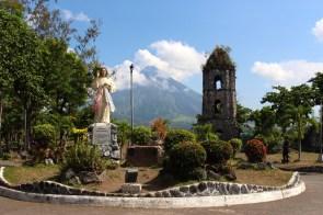 L'église détruite de Cagsawa avec le volcan en arrière plan.