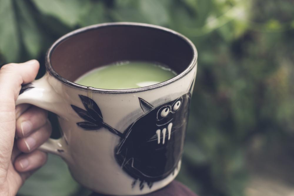 Keramikmugg med matcha-te. Dricka matcha.