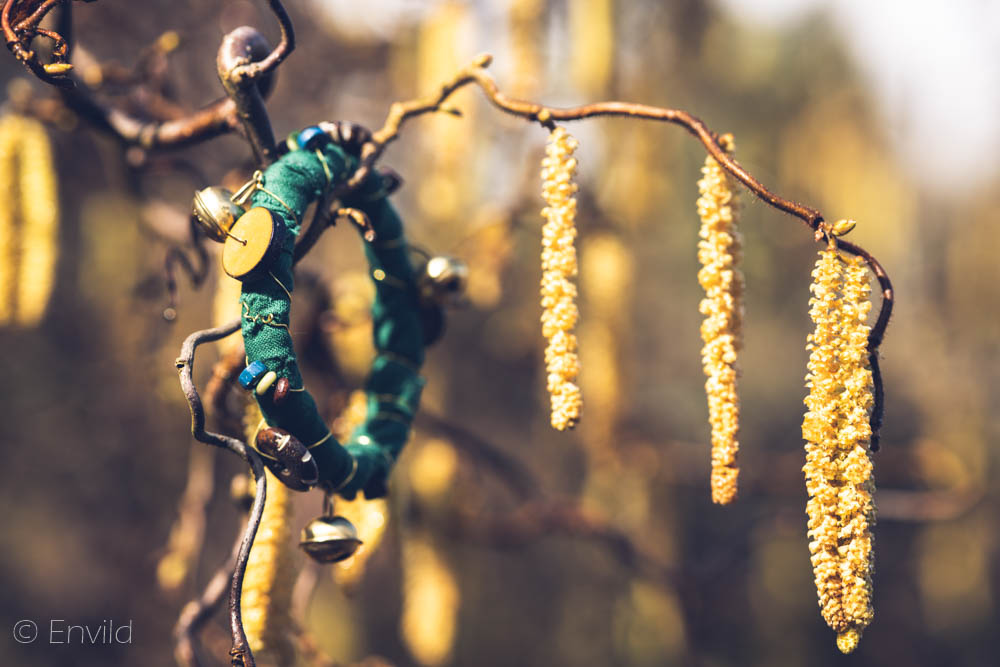 Envild grönt boho-armband, hippie-armband. Armband av tyg, ståltråd och pärlor. Återbruk.