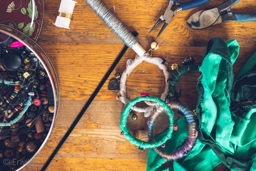 Göra egna armband. Tillverka armband. Boho-armband, hippie-armband. Armband med pärlor.