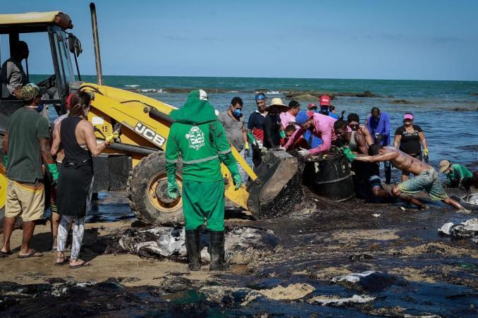 BRÉSIL: LA DÉTRESSE D'UN JEUNE GARÇON SOUILLÉ DE PÉTROLE EN IMAGE