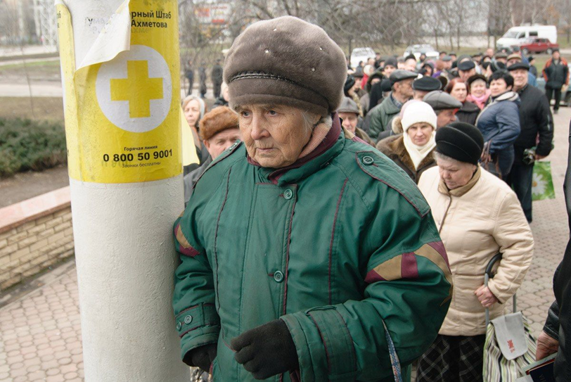 People in Donbass waiting for food aid