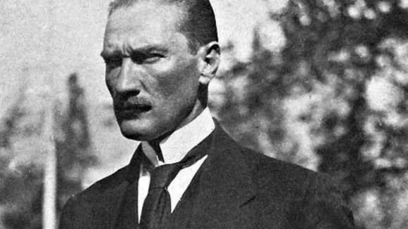 Ey kahraman Türk kadını sen yerde sürünmeye değil omuzlar üzerinde göklere yükselmeye layıksın. - Mustafa Kemal Atatürk Resimli Sözler - Atatürk Sözleri Ve Fotoğraf Arşivi, unlu-sozleri, guzel-sozler