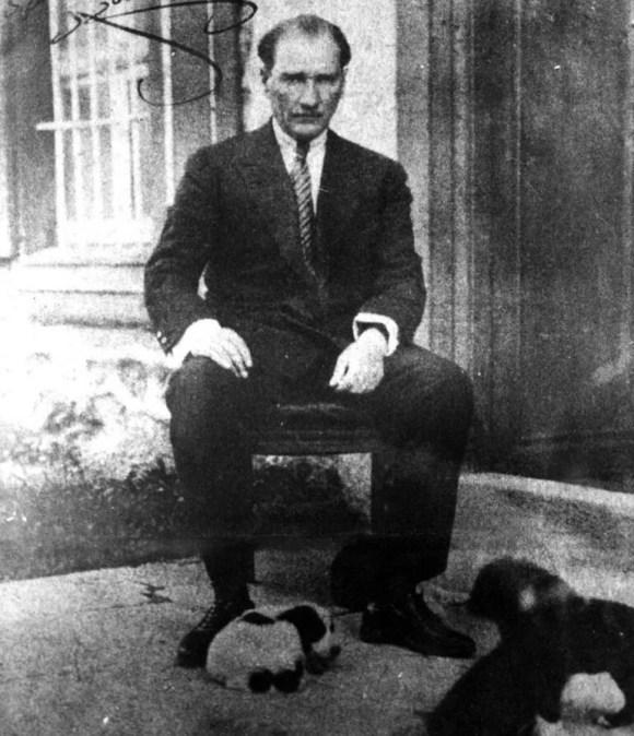 Uygarlık yolunda başarı yenileşmeye bağlıdır. Sosyal hayatta iktisadi hayatta ilim ve fen sahasında başarılı olmak için yegane gelişme ve ilerleme yolu budur - Mustafa Kemal Atatürk Resimli Sözler - Atatürk Sözleri Ve Fotoğraf Arşivi, unlu-sozleri, guzel-sozler