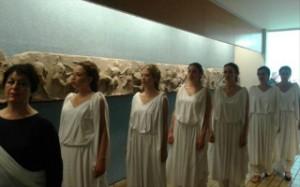 Ελληνίδες «αναζητούν» τη χαμένη Καρυάτιδα στο Βρετανικό Μουσείο του Λονδίνου