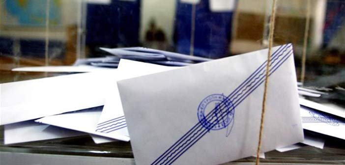 Εισβολή κουκουλοφόρων σε εκλογικό τμήμα στα Εξάρχεια – Άρπαξαν την κάλπη