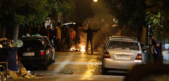 Μολότοφ και ξύλο με φόντο τον τελικό του Κυπέλλου – Συγκρούσεις οπαδών και ΜΑΤ στο κέντρο της Αθήνας