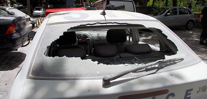 Επίθεση αντιεξουσιαστών σε περιπολικό που είχε κολλήσει στην κίνηση στο κέντρο της Αθήνας