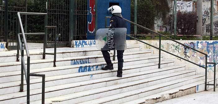Σοβαρά επεισόδια έξω από το κλειστό γήπεδο του Πανιωνίου – Τραυματίστηκε ένας αστυνομικός