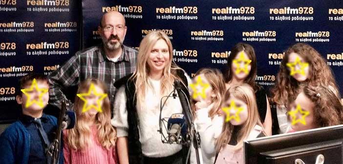 Συμμετοχή της χορωδίας του Δημοτικού Ωδείου Πεύκης σε εκπομπή του Real FM