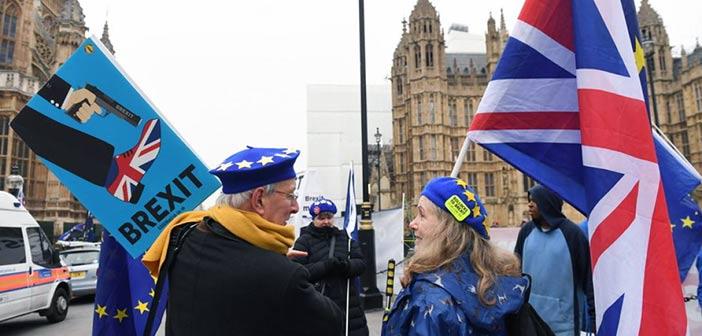 Πολιτικό χάος απειλεί τη Βρετανία μετά την ψήφο για το Brexit