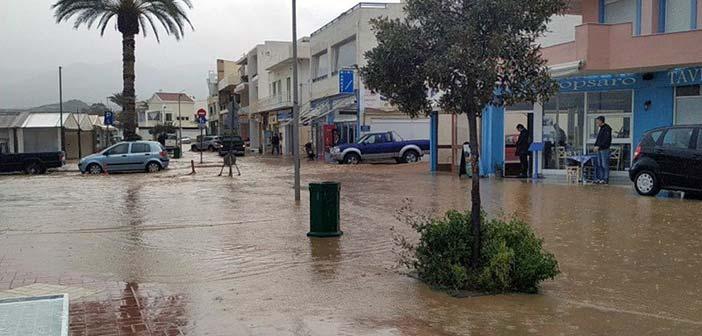 «Βούλιαξε» από τη βροχή η Κρήτη – Στο Λασίθι εγκλωβίστηκαν και ανέβηκαν σε ταράτσα