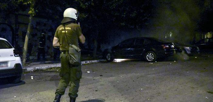 Εξάρχεια: Ένας αστυνομικός τραυματίας από επίθεση με φωτοβολίδα