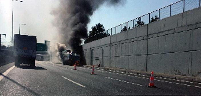 Φωτιά σε φορτηγό στην Αττική Οδό, στο ύψος του Ηρακλείου Αττικής