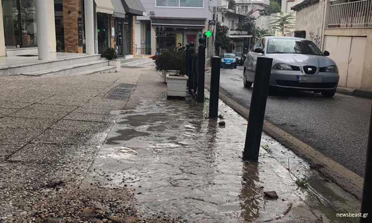 Τα νερά τρέχουν επί δύο μήνες λόγω διαρροής σε πεζοδρόμιο στην Κηφισιά