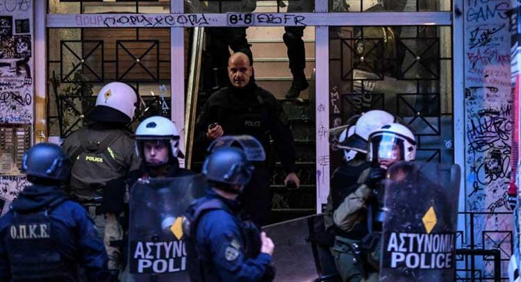 Διμοιρίες των ΜΑΤ σε πολυκατοικίες στα Εξάρχεια: Βρέθηκαν μολότοφ και πέτρες – Έξι συλλήψεις