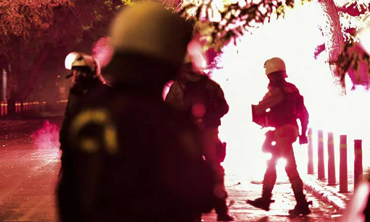 Επεισόδια στα Εξάρχεια: Πέταξαν βόμβες μολότοφ εναντίον διμοιρίας ΜΑΤ