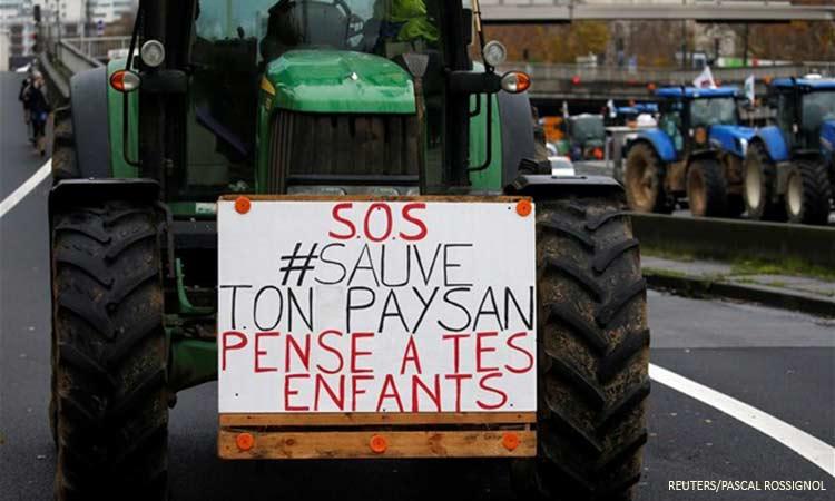 Στους δρόμους του Παρισιού οι αγρότες με τα τρακτέρ ενάντια στην πολιτική του Μακρόν