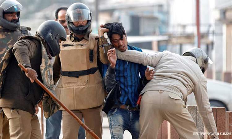 Iνδία: Η ράβδος «λάθι», θανατηφόρο κειμήλιο της αποικιοκρατίας, στα χέρια της αστυνομίας κατά των διαδηλωτών