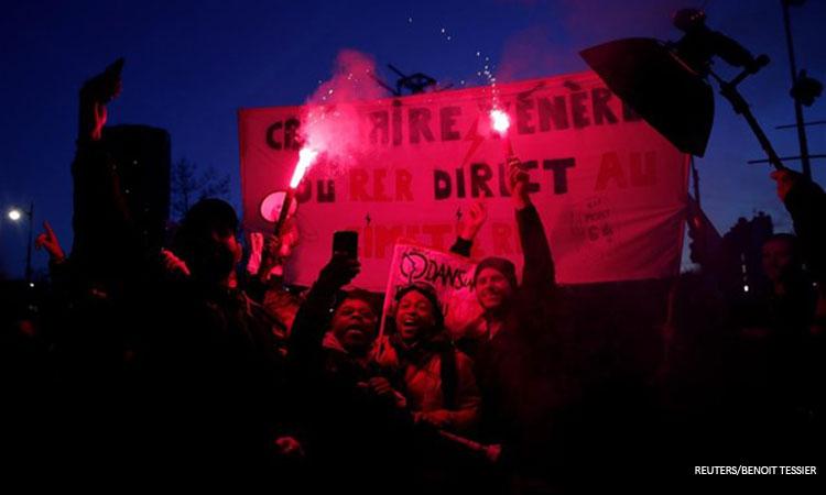 Γαλλία: Διαδηλωτές επιχείρησαν να εισβάλουν σε θέατρο όπου βρισκόταν ο Μακρόν