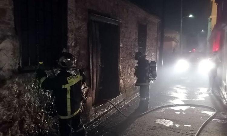 Δύσκολη νύχτα στη Μόρια: Ένταση μεταξύ κατοίκων και προσφύγων – Φωτιά σε εγκαταλελειμμένη κατοικία