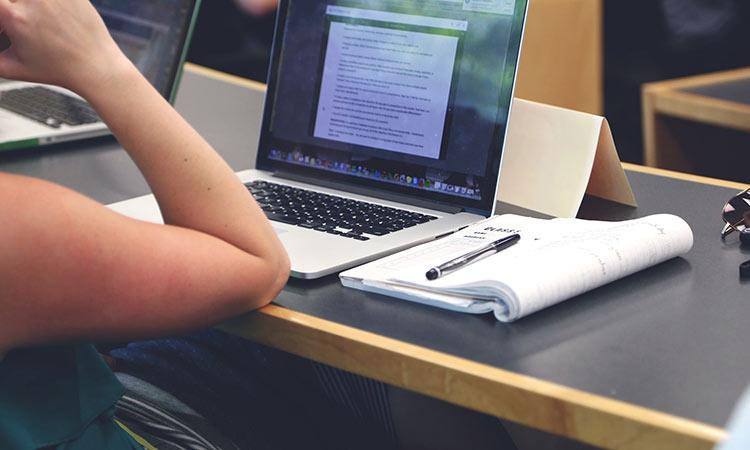 Ο Ν. Μπάμπαλος χαιρετίζει τον εξοπλισμό των σχολικών μονάδων με «έξυπνες» συσκευές