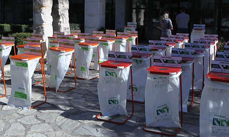 Ειδικούς κάδους εσωτερικής ανακύκλωσης παρέδωσε η Περιφέρεια Αττικής στους Δήμους Ελευσίνας και Μάνδρας – Ειδυλλίας