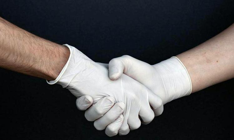 O κορωνοϊός ίσως «σκότωσε» τη χειραψία: Μπορεί να μη δώσουμε ποτέ ξανά τα χέρια!