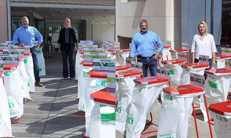 Παράδοση κάδων εσωτερικής ανακύκλωσης από τον περιφερειάρχη Αττικής στις αντιπεριφέρειες Νότιου Τομέα, Πειραιώς και Νήσων