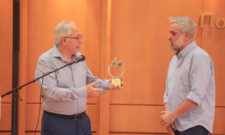 Απονομή τιμητικού βραβείου από τον Θ. Αμπατζόγλου στον Μαρουσιώτη διεθνούς φήμης μουσικό παραγωγό Hi Profile
