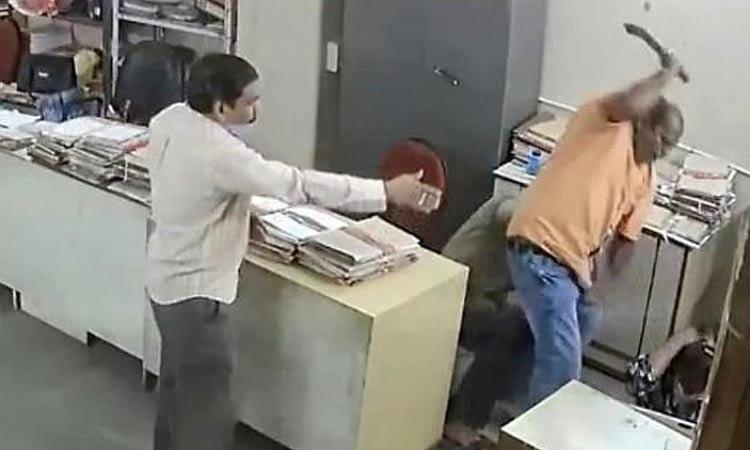 Ανατριχιαστικό βίντεο: Άνδρας ξυλοκοπεί γυναίκα με μπράτσο καρέκλας επειδή του είπε να βάλει μάσκα