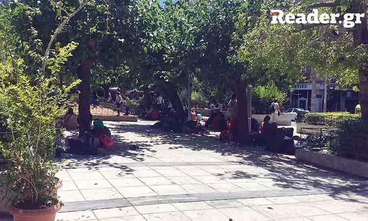 «Αποθήκη ψυχών» έγινε πάλι η πλατεία Βικτωρίας – «Κολλάει» το πρόγραμμα Helios για τους μετανάστες