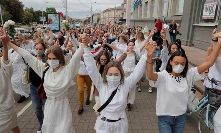Λευκορωσία: Ανθρώπινες αλυσίδες σχηματίζονται στο Μινσκ κατά της βίαιης καταστολής των διαδηλώσεων
