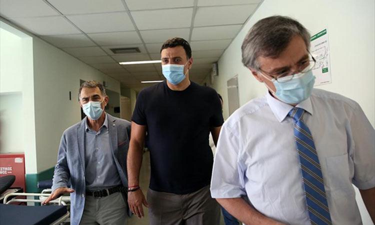 Επίσκεψη Κικίλια στη νοσηλεύτρια που δέχτηκε επίθεση στο «Αττικόν»