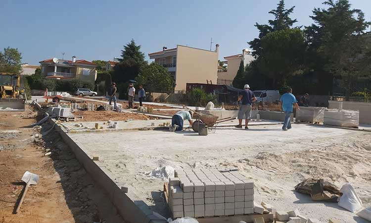 Συνεχίζεται η διαμόρφωση πλατείας στη Νέα Ερυθραία