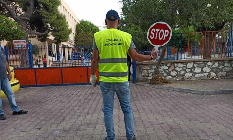 Εννιά εθελοντές σχολικοί τροχονόμοι έξω από τα σχολεία της Πεύκης και της Λυκόβρυσης