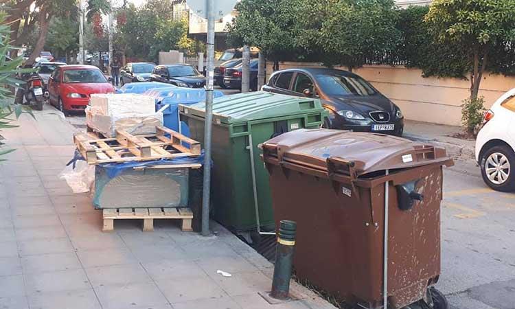 Ογκώδη απορρίμματα και κάδοι έξω από το 14ο Δημοτικό Ν. Ιωνίας