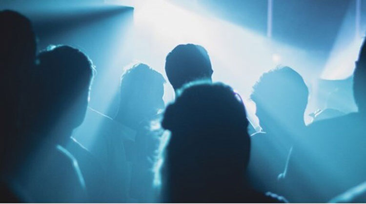 Kορονο-πάρτι στην Αγία Παρασκευή: Κάνουν και πλάκα ότι «σε λίγο θα έρθουν τα ΜΑΤ»