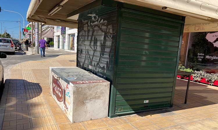 Απομακρύνεται το περίπτερο από το πεζοδρόμιο της οδού Δημοκρατίας και Ηρώου στα Μελίσσια