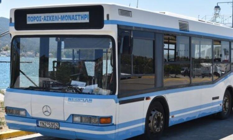 Απίστευτο περιστατικό στον Πόρο: Tουρίστες παραβίασαν λεωφορείο και έκαναν βόλτες με αυτό γυμνοί