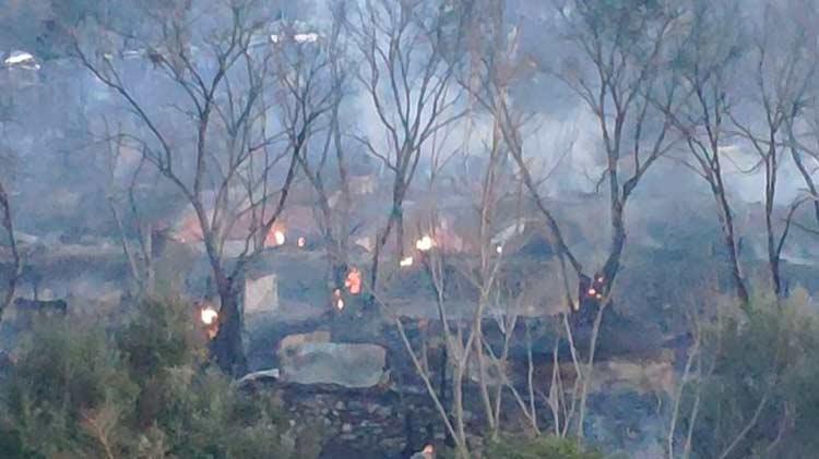 Σάμος: Φωτιά στον υπαίθριο καταυλισμό γύρω από το hotspot