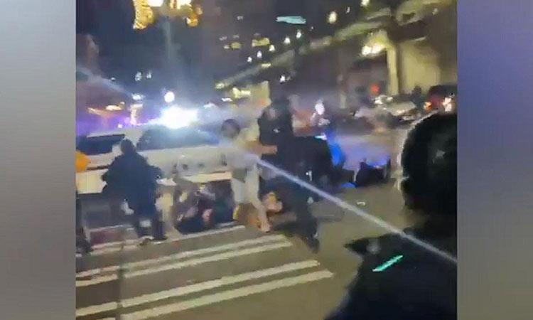 Σοκαριστικό: Περιπολικό πέφτει στο πλήθος και περνά πάνω από ανθρώπους