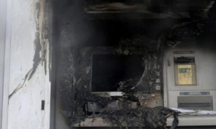 Φωτιά σε ΑΤΜ στη Λ. Ειρήνης στην Πεύκη