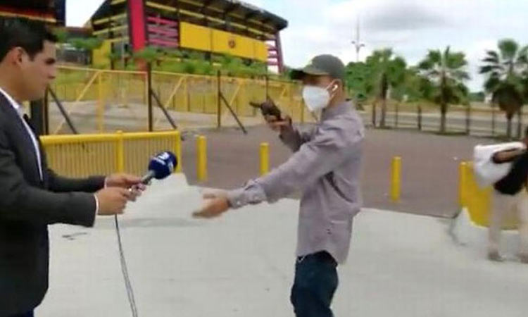 Εκουαδόρ: Δημοσιογράφος πέφτει θύμα ένοπλης ληστείας λίγο πριν βγει στον αέρα!