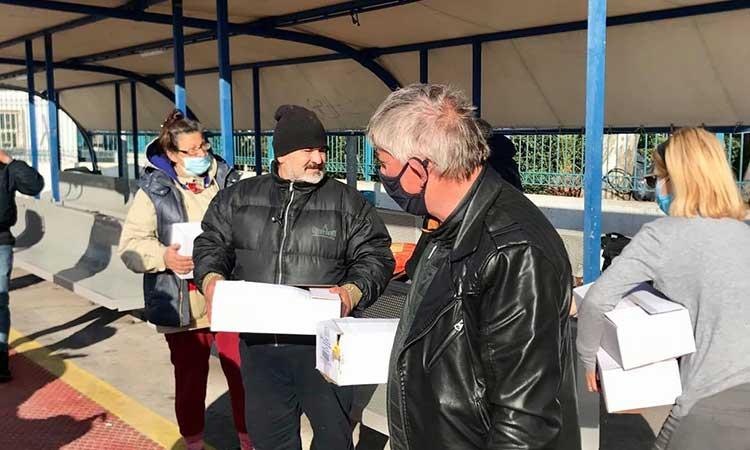Η εθελοντική ομάδα «ΔΕΣΜΟΙ ΑΛΛΗΛΕΓΓΥΗΣ» στο πλευρό των αστέγων του Πειραιά
