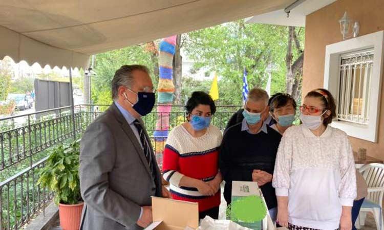500 μάσκες υψηλής προστασίας παρέδωσε ο Γ. Κουμουτσάκος στις Στέγες «Το Ψαραυτείο 1 & 2» στο Μαρούσι