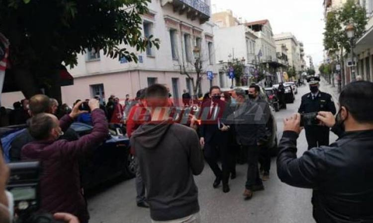 Έφτασε ο Στ. Πέτσας στην Πάτρα – Αποδοκιμασίες εμπόρων έξω από το δημαρχείο